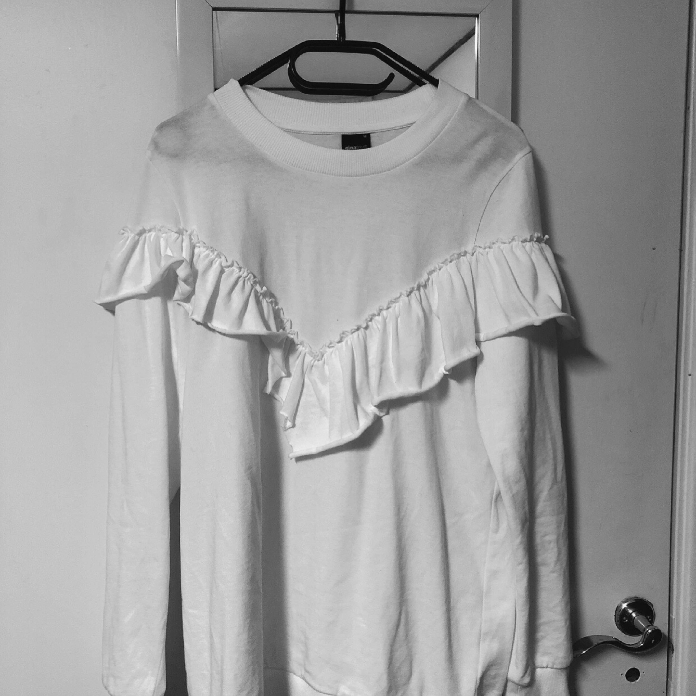 En tröja från ginatricot i storlek m :) Ansvarar inte för postens slarv. . Huvtröjor & Träningströjor.