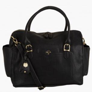 Aldrig använd väska från märket NICA, köpt på Asos för ca 700kr. Svart, fejkskinn. Vid frågor hör gärna av dig!
