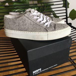 Billie sneakers från Hope storlek 36. Använda men i väldigt fint skick! Nypris 1799kr.   (Flyttar till NY nästa vecka så snabb affär!)