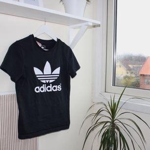 svart t-shirt från adidas. sparsamt använd, ser ny ut. kan mötas upp i göteborg eller frakta (isf står köparen för frakten). fler bilder kan ges på efterfrågan.