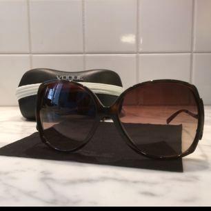 Vogue solglasögon med Vogue putsduk och fodral. Tillverkade i Italien och nästan oanvända utan repor. Snygga detaljer på sidorna och så COOLA, 70tals stil.    Frakt ingår i priset.