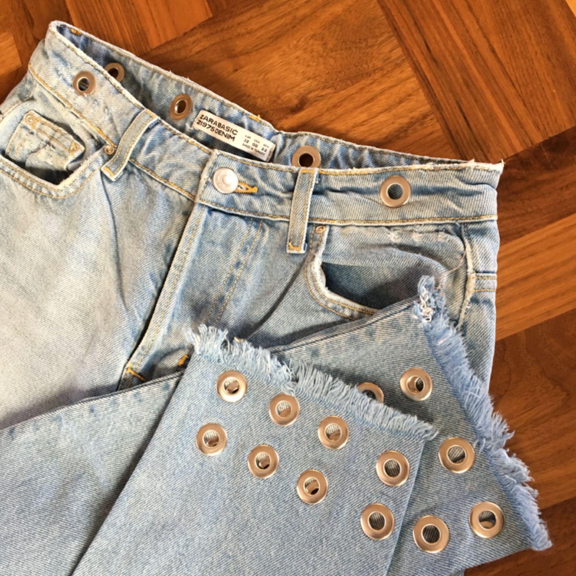 2885ce0e Smukke lyse jeans med flotte huldetaljer i taljen og enden af benene.