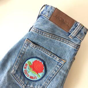 Snygga momjeans från Monki med utgångspris 500kr. Byxorna har ett märke på ena bakfickan och slitningar vid knäna. Jeansen är i storlek 24 och i modellen Kimomo. 🤩 Jag säljer dessa pga att de är för små för mig.  Köparen får betala frakt.