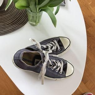 Grå/blå converse i storlek 38