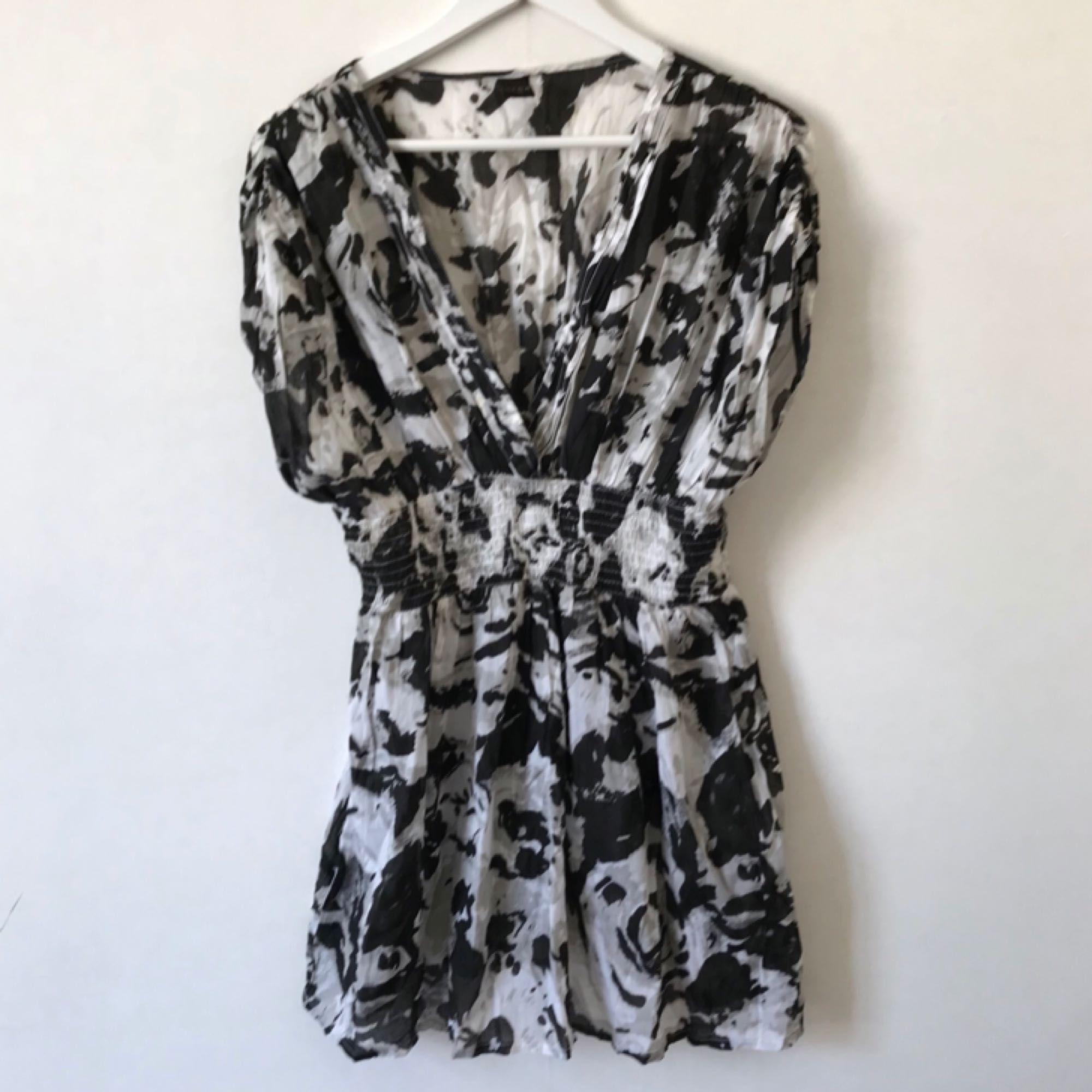 d0c1db605c17 Oanvänd mönstrad klänning från - Vila Klänningar - Second Hand