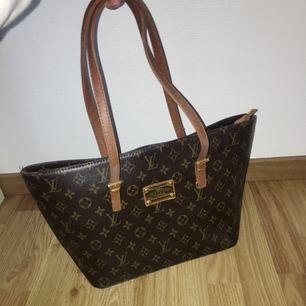 Fake Louis Vuitton väska, jättefint skick och använd väldigt få gånger!👜