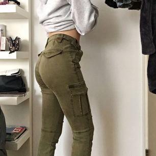 """Snygga """"militär"""" byxor från H&M, bra fint skick och knappt använda alls!👖😀"""