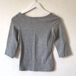 Båtringad grå tröja från H&M, 90-tal, XS. Andra bilden mer sann mot färgen. Gott skick!  Kan mötas i Stockholm eller skicka mot fraktkostnad! ✨🌸✨