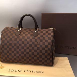 Äkta Louis Vuitton väska säljs. Säljer billigare då jag har initialer inprintade på ett hänge, går säkert att få bort i butik. (Se bild 3)   Kvitto finns!
