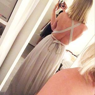 """""""Tied back gown"""" i ljusgrått från Nelly Eve. Endast provad en gång, har alla lappar kvar. Möts upp i Stockholm, eller så står köparen för eventuell frakt🌸"""