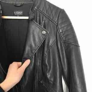 Faux leather jacket från Topshop. Använd men i mycket gott skick. Möts upp i Stockholm eller så står köparen för frakten🌸
