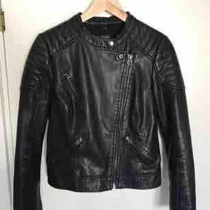 Faux leather jacket från Topshop. Använd men i mycket gott skick. Möts upp i Stockholm eller så står köparen för frakten🌸. Jackor.