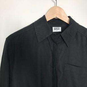 """""""Down shirt"""" från Weekday. Endast provad en gång, prislappen kvar. Köpt för 500:-. Kan mötas upp i Stockholm, annars står köparen för frakten🌸"""