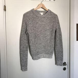 Stickad tröja från H&M basic. Använd ett fåtal gånger. Möts upp i Stockholm, annars står köparen för frakten🌸