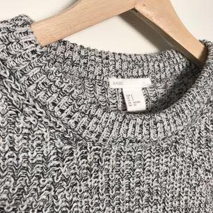 Stickad tröja från H&M basic. Använd ett fåtal gånger. Möts upp i Stockholm, annars står köparen för frakten🌸. Stickat.
