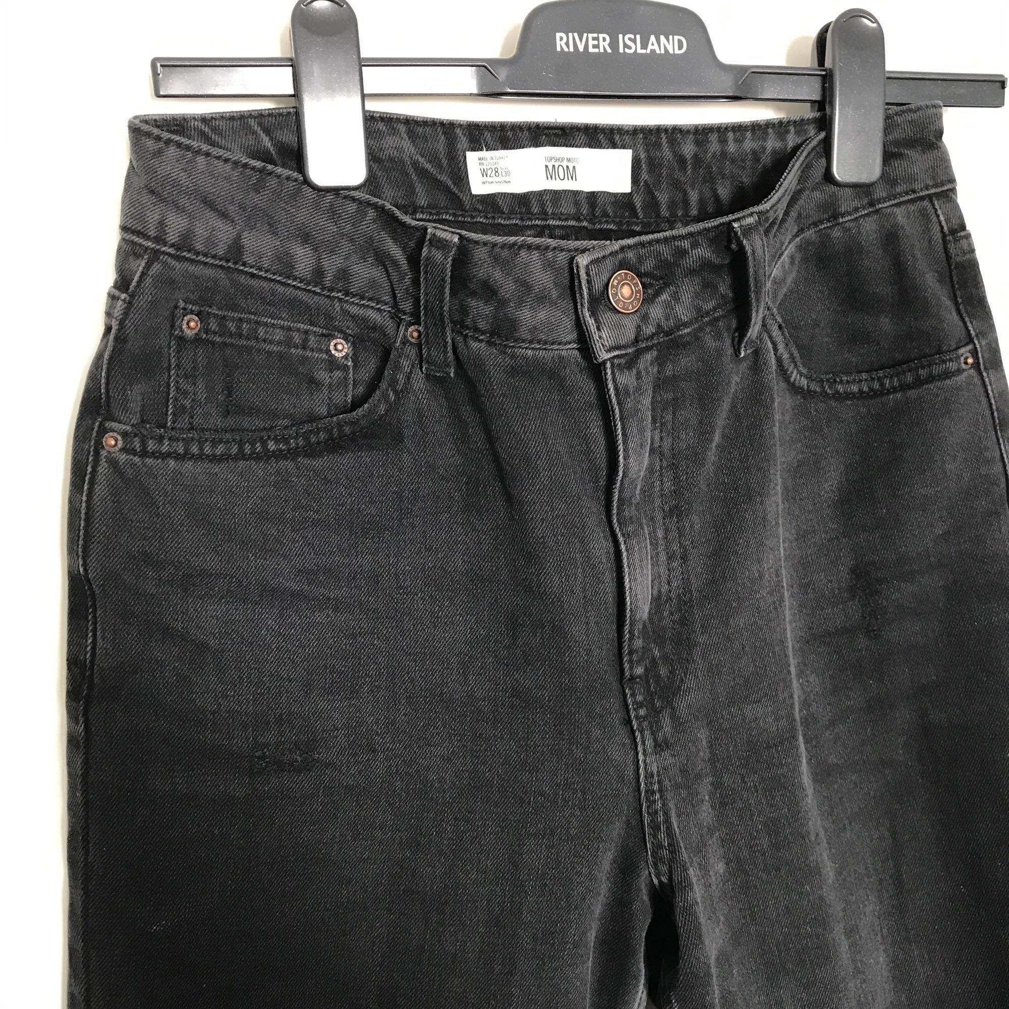 Topshop moto mom jeans i färgen washed black. Storleken är W28 L30. Knappt använda då de tyvärr är för stora för mig. Nypris 450:-. Möts upp i Stockholm eller så betalar köparen frakten🌸. Jeans & Byxor.