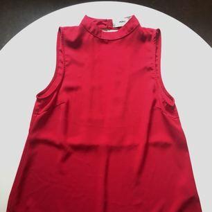 Rött linne från Minimum med snygg öppning i ryggen. Knappt använt. Nypris 500kr.