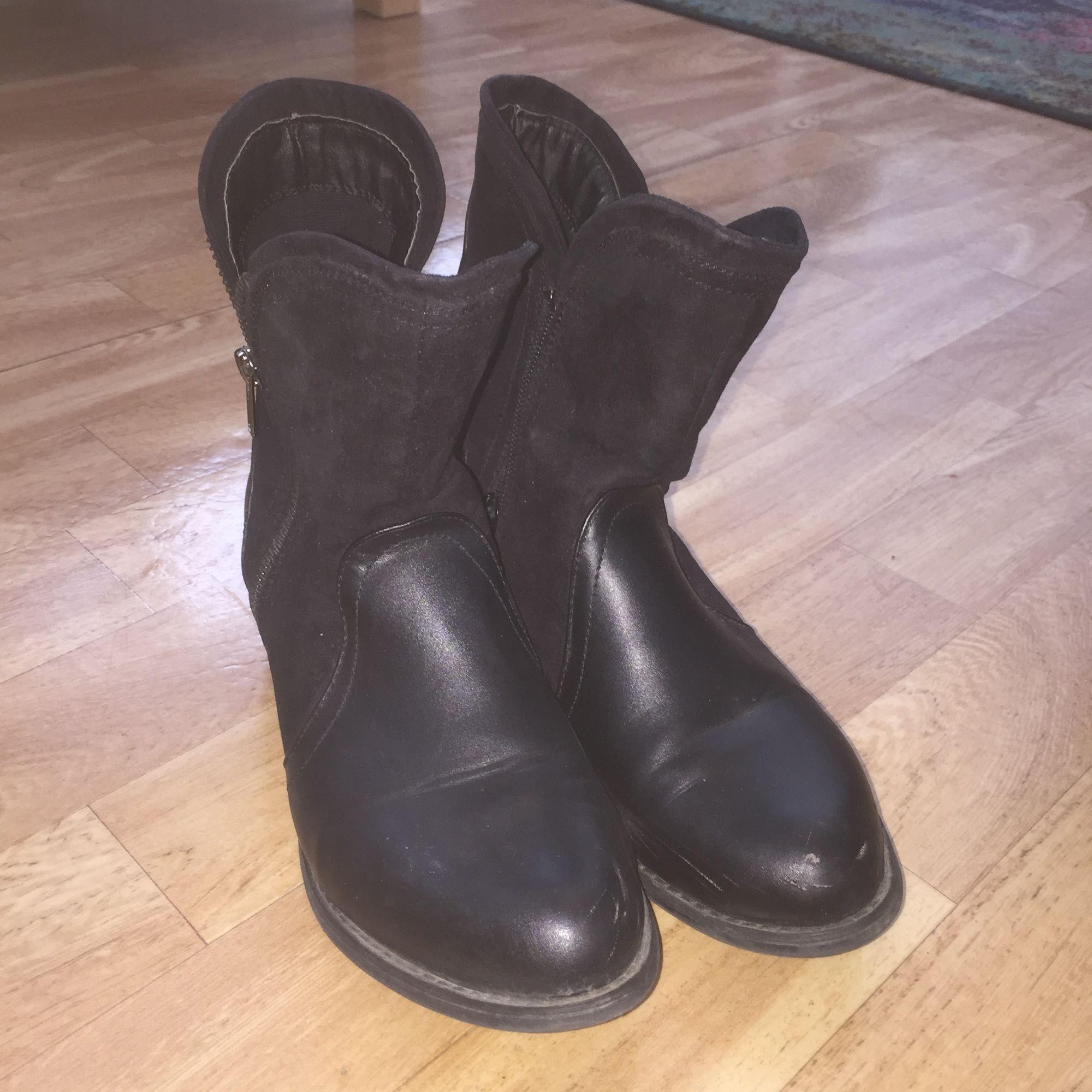 Svarta fina skor från bik bok. Använda endast ett fåtal gånger, kan mötas upp i Stockholm ! . Skor.