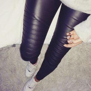 Säljer dessa skinnbyxor med streck på knäna typ, jättesnygga och använda väldigt få gånger. Köpta från Nelly, men märket ONLY 🕊 Dem är i storlek S och storlek 34 i längden. ❣️ frakt tillkommer om det behövs skickas.
