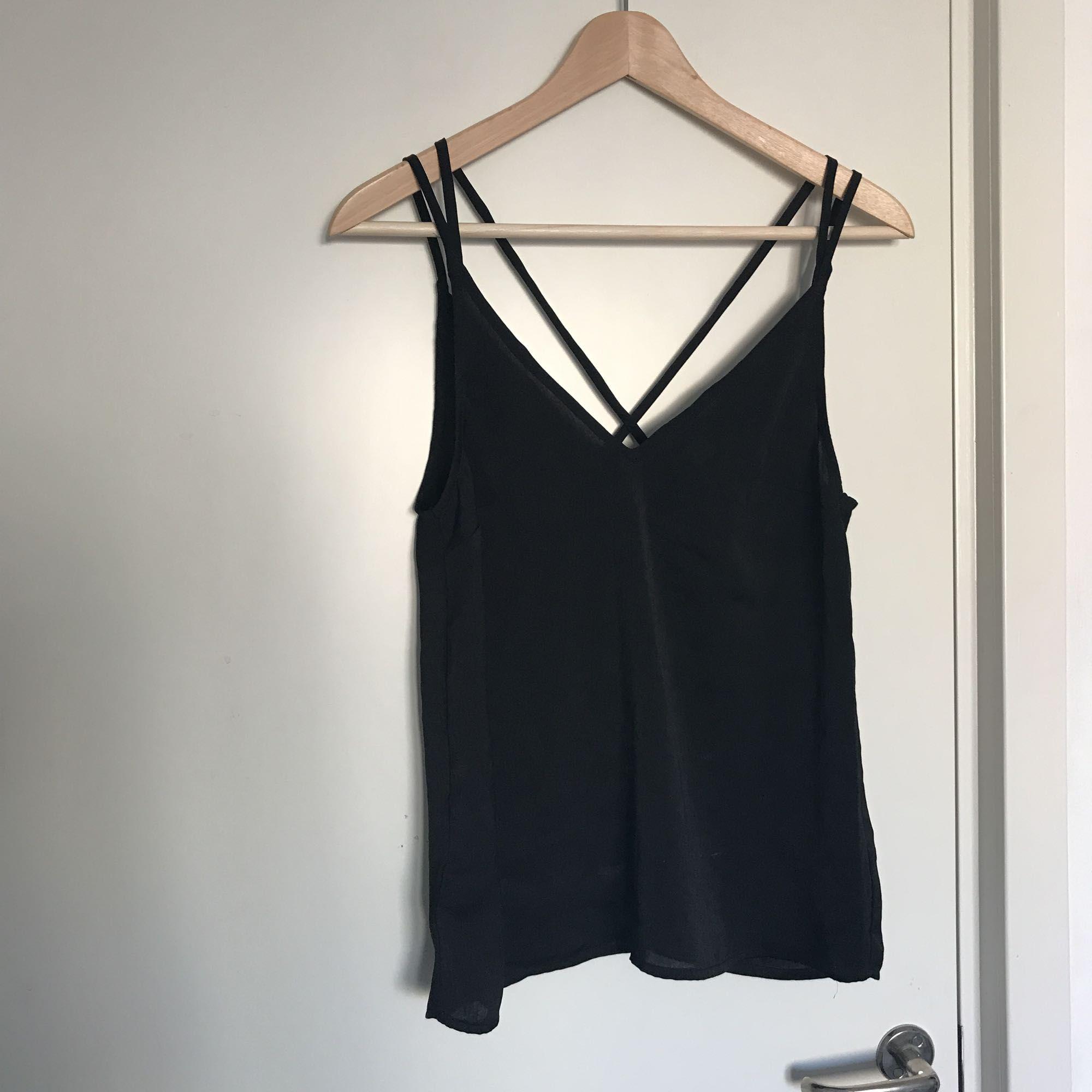 Svart linne från H&M med fina band som korsas i ryggen. Aldrig använt. . Toppar.