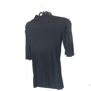 En jättefin svart ribbad tunn tröja med halvpolo från Gina tricot. Frakt 50kr