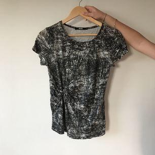 Svartvit T-shirt med knut i midjan, använd fåtal gånger!