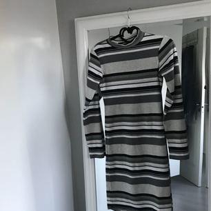 Randig klänning med halvpolo från BIKBOK. Frakt 45kr