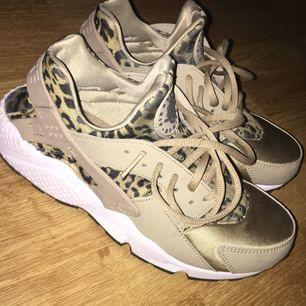 Säljer dessa skit snygga, Huarache skor från Nike. Använda 1 gång och mycket sköna. Dock så är dom lite små för mig så säljer det pågrund av det. De är köpta på footlocker i Stockholm city!