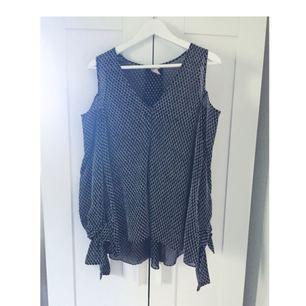 Blus/tunika med 'open shoulder' från H&M Trend. Jättesnyggt fall och fint tyg med struktur. Använd ett fåtal gånger.   Skickas mot att köparen betalar frakt.