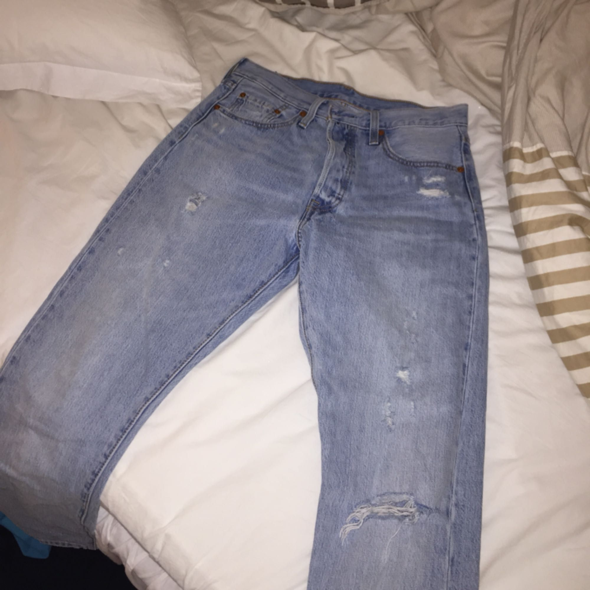 As balla Levis jeans 501, slitning på ena knät!. Jeans & Byxor.