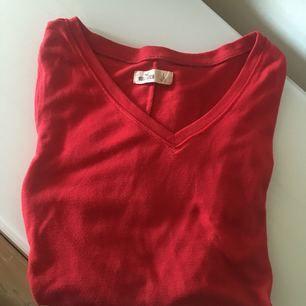 V-ringad tröja från #Hollister. Röd härlig färg och lätt mjukt bomullstyg. Säljes pga fel storlek! Köparen betalar frakt, samfraktar givetvis ☺️ Kan mötas upp i Göteborg eller omkring Åmål!