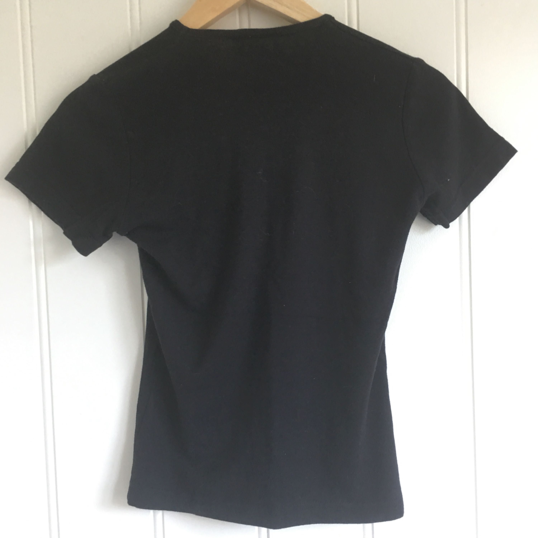 In Folks We Trust T-shirt i nyskick av högkvalitativ bomull med coolt print som lyser i mörket. Storlek S.. Toppar.