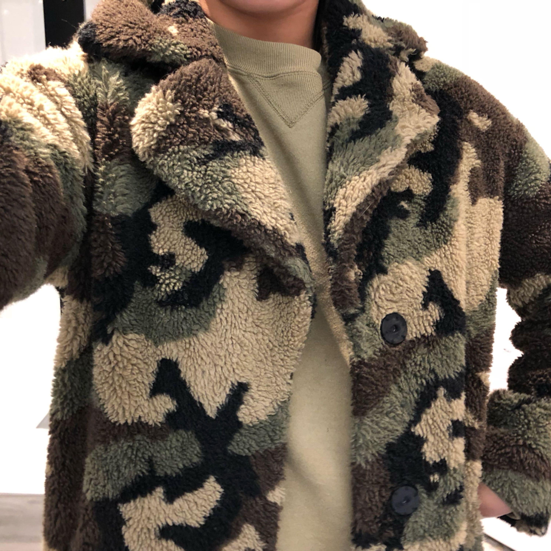Superfin teddycoat från STAND OFFICIAL i armyprint nypris 2995:- jättefint skick. Jackor.