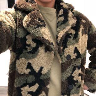 Superfin teddycoat från STAND OFFICIAL i armyprint nypris 2995:- jättefint skick