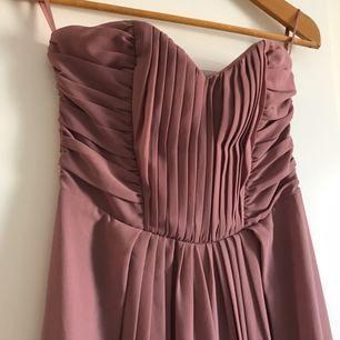 Superfin axelbandslös lila långklänning från h&m! Endast använd 2 gånger så i mycket bra skick. Säljer då den aldrig kommer till användning.   Fraktkostnad tillkommer!