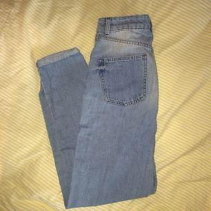 ljusa mom-jeans från topshop, storlek W26 L32 (cm-mått på sista bilden). sitter snyggt & har hög midja! passar tyvärr inte längre mig! de är inte så stretchiga!!! frakten står köparen för