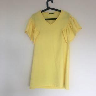 Härlig somrig klänning med fina korta ärmar. Använd endast få gånger.