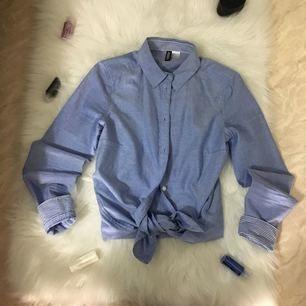 ny blå blus sltk 34 men passar till S för 50kr rågsved eller frakt