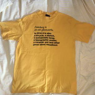 gul tröja med text & högre krage, köpt på secondhand. köparen står för frakt
