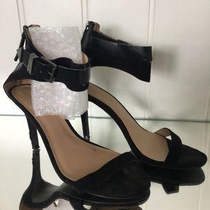 Zara High Heels 8 cm tyvärr liten skada vid en klack.   #highheels #high #heels #klackskor #pumps #sexiga #sexy #gogo #platå #skor #gogo #fest #party #lolita #goth #kawaii #högklackad #klackskor #festskor #zara