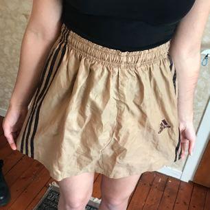 Cool adidas kjol, köpt i Tokyo. 😎 kan mötas upp i göteborg, annars står köparen för frakten💖