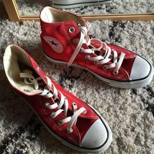 Knappt använda höga röda Converse, självklart äkta!   Köpare betalar frakt, annars avhämtning i malmö.