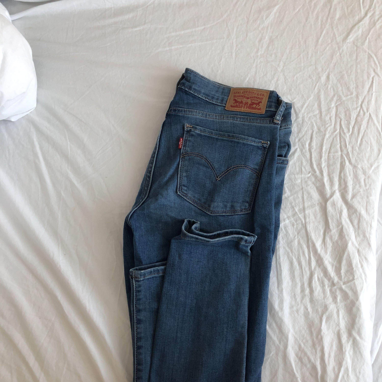 Ett par snygga jeans från Levis som tyvärr aldrig kommit till användning. 704f16d5a0746
