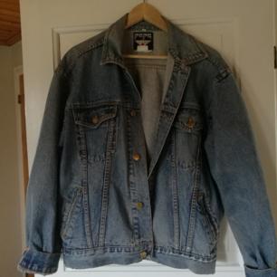 Klassisk jeansjacka säljes, köpt secondhand i Paris