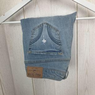 Ljusa jeans från Hollister med lite hål. Använd 1 gång