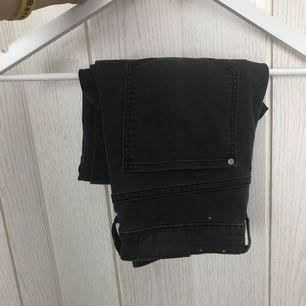 Mörkgråa/svarta jeans från H&M. Aldrig använda. Högmidjade jeans