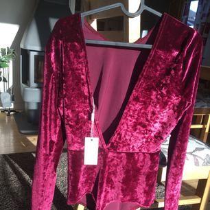 Oanvänd Velvet body från Nelly.com i storlek M. Tyvärr för stor för mig, hade behållt om den passat för den är magisk! Möts upp i stockholm eller fraktar, köparen betalat frakt.