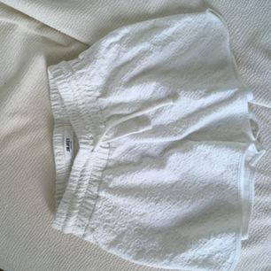 Mjuka härliga vita shorts, med mönster från objekt. Resår i midjan och snöre som går att dra åt och knyta