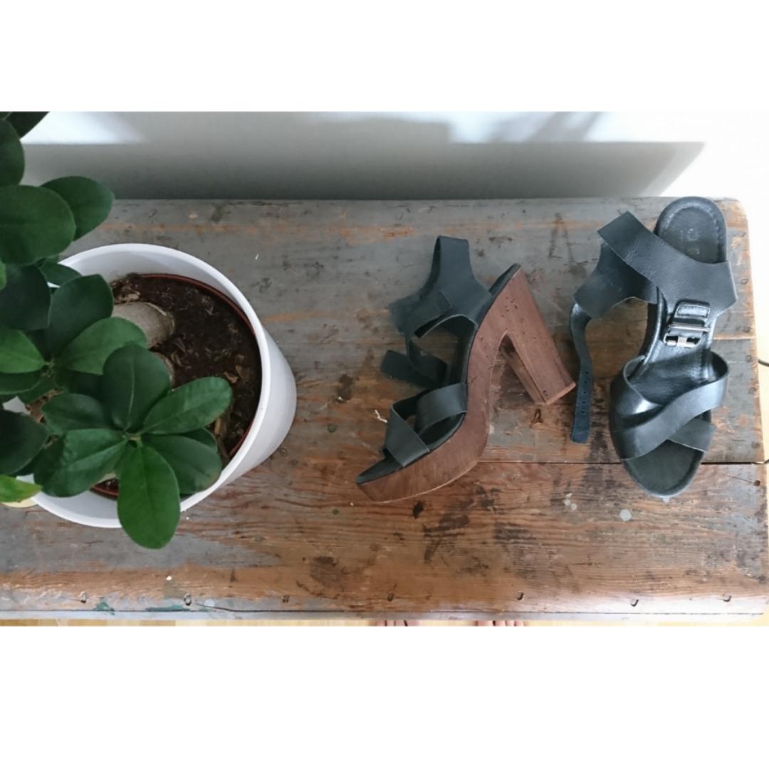 12 cm hög träklack med läderspänne. Väldigt sköna klackar som inte är använda  jättemycket pga ... 9c0dc99e910a0