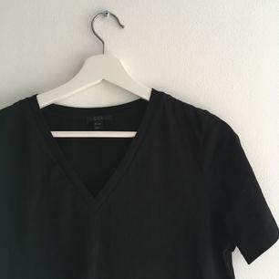 En enkel T-shirt från cos. V ringad fram.
